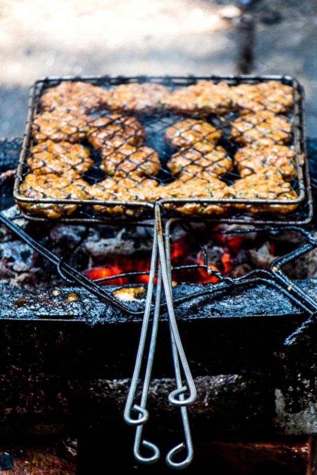 Savoureux burgers dans les rues de Hanoï