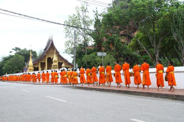 Aumône matinale - jeunes moines