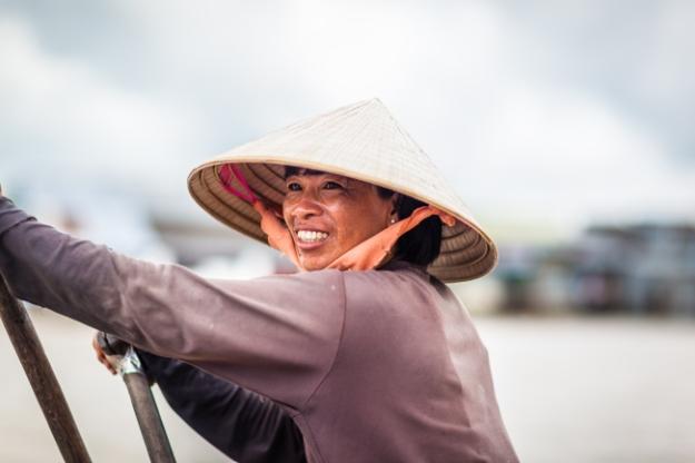 Le sourire d'une vendeuse au marché flottant de Can Tho