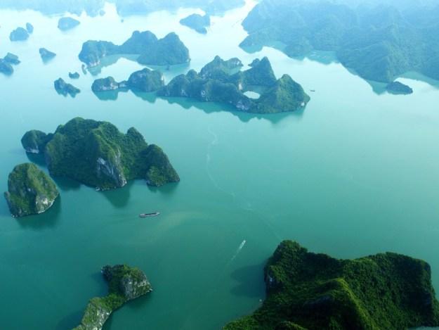 Les premières images du vol en hydravion au dessus de la Baie d'Along