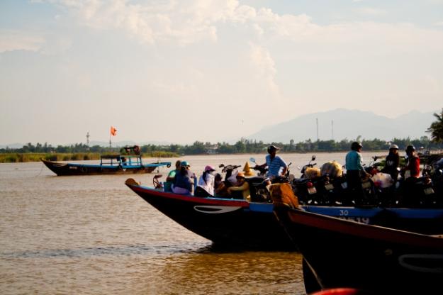Ferry surchargé à Hoi An
