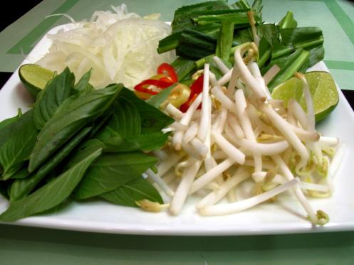 Pousses de soja, coriandre, basilic thaï et oignons marinés (Source : Wikipédia)