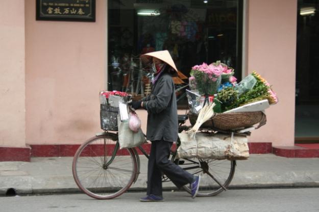 Vendeuse de fleurs à velo, Vietnam