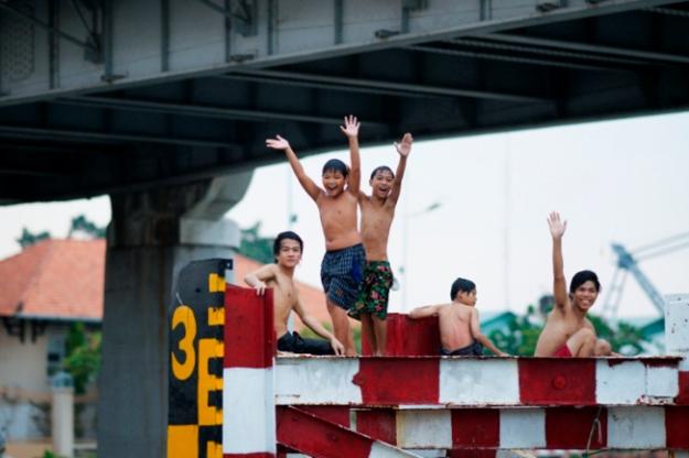 Enfants se baignant dans la rivière Saigon