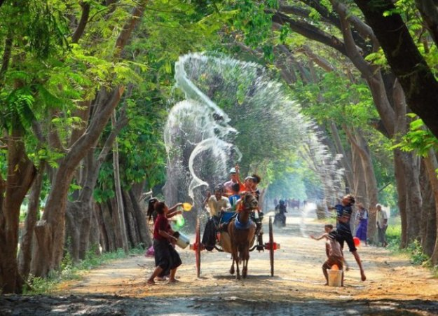 Festival de l'eau en Birmanie  ( Source: myanmar.threeland.com)